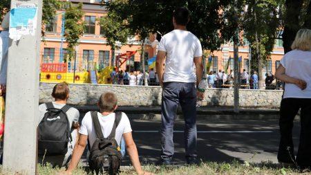 Порошенко обіймався і фотографувався з кропивничанами, які чекали на нього окремо від інших. ФОТО. ВІДЕО