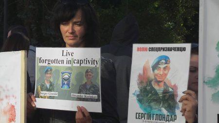 Рідні кропивницьких військових мітингують під ВР