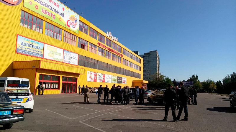 Без Купюр У Кропивницькому намагаються виселити з приміщення один із супермаркетів? ФОТО. ВІДЕО Життя  фуршет Супермаркет магазин Кропивницький автобус