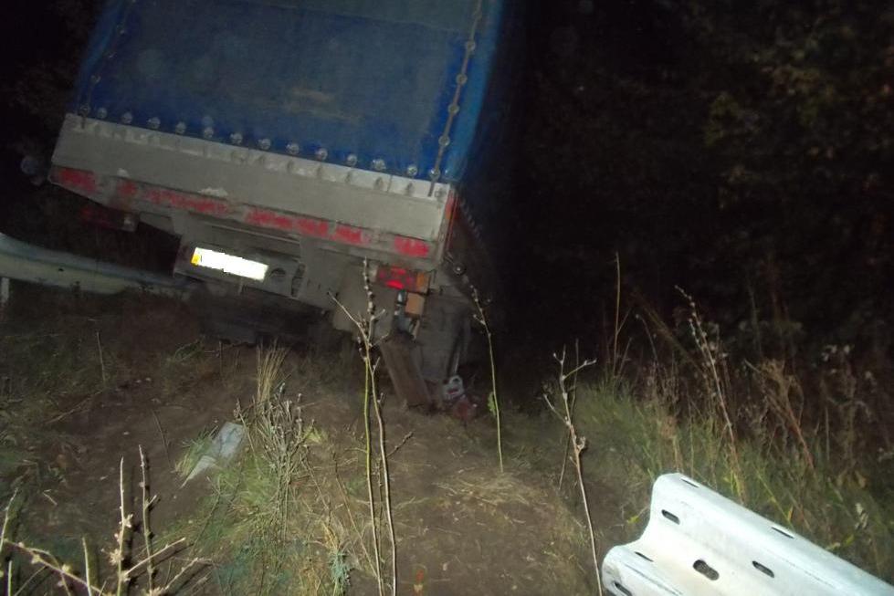 У Світловодському районі вантажівка з'їхала у кювет. ФОТО 1 - Події - Без Купюр