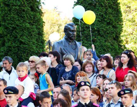 Новий автобус, величезна шарлотка й тривалі промови: у Кропивницькому почали святкувати День міста. ФОТОРЕПОРТАЖ