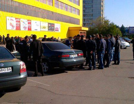 У Кропивницькому намагаються виселити з приміщення один із супермаркетів? ФОТО. ВІДЕО