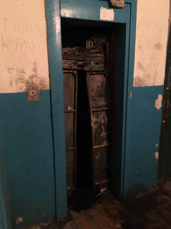 Без Купюр | Події | У будинку на Попова вигорів ліфт та провалився на перший поверх. ФОТО 1