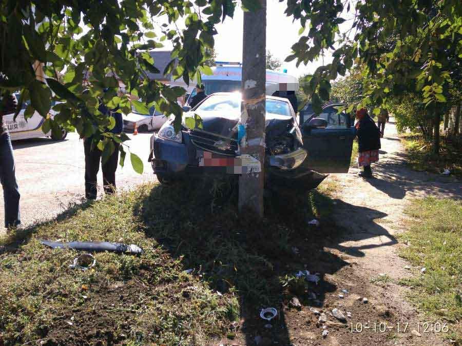 Без Купюр Відірване колесо й розбита електроопора: у Кропивницькому сталась чергова ДТП. ФОТО Події  Кропивницький електроопора ДТП