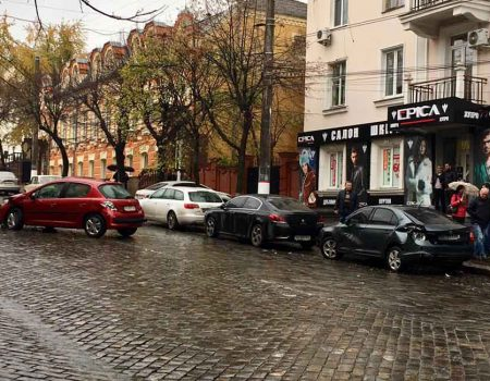 Чотири автівки за раз: у Кропивницькому сталося чергове ДТП. ФОТО