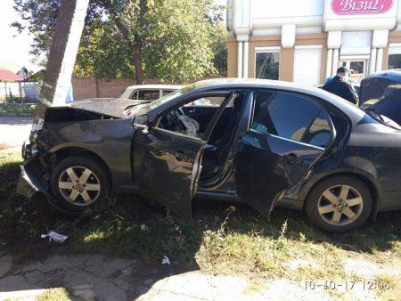 Відірване колесо й розбита електроопора: у Кропивницькому сталась чергова ДТП. ФОТО