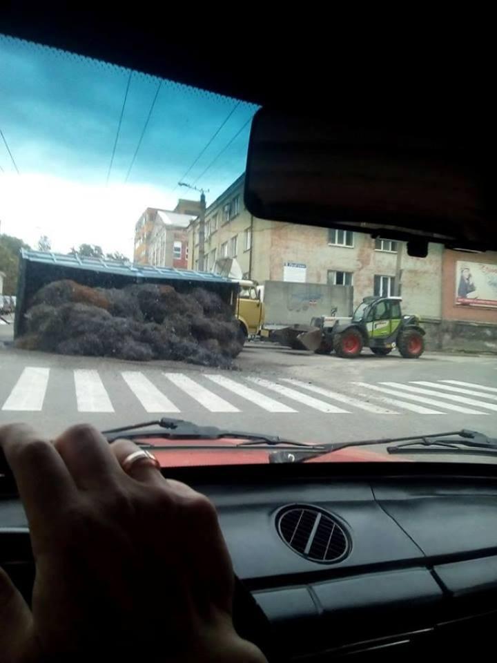 Без Купюр У Кропивницькому у вантажівки відірвався кузов. ФОТОФАКТ Події  Кропивницький ДТП відходи