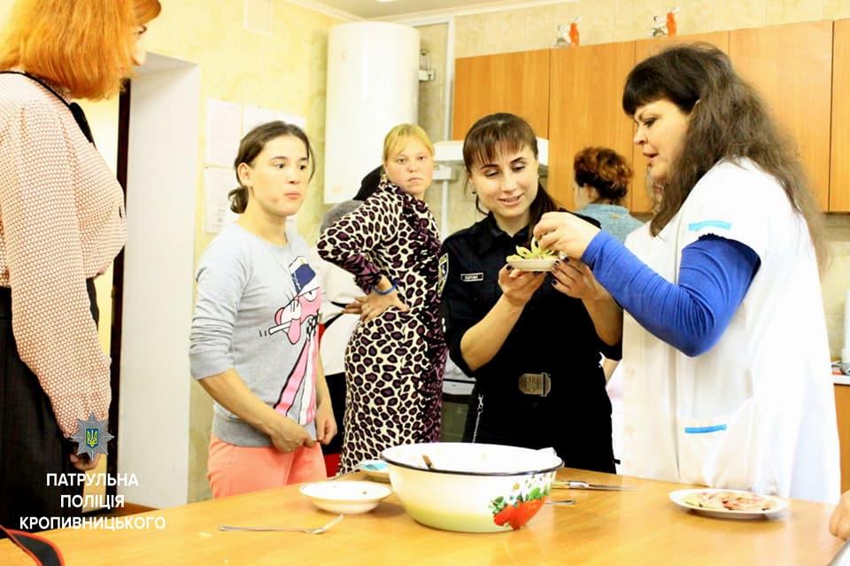 Співробітниці Патрульної поліції провели кулінарний майстер-клас клієнткам Соццентру. ФОТО - 2 - Життя - Без Купюр