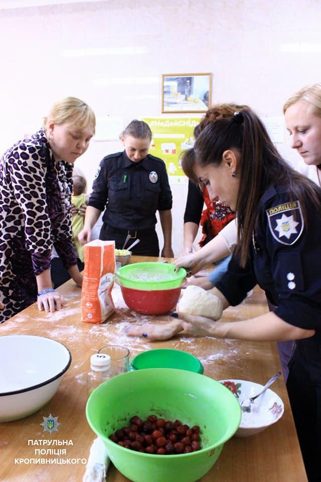 Співробітниці Патрульної поліції провели кулінарний майстер-клас клієнткам Соццентру. ФОТО - 4 - Життя - Без Купюр
