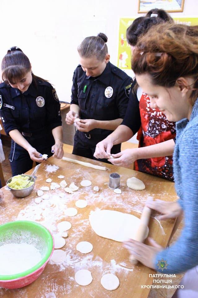 Співробітниці Патрульної поліції провели кулінарний майстер-клас клієнткам Соццентру. ФОТО - 5 - Життя - Без Купюр