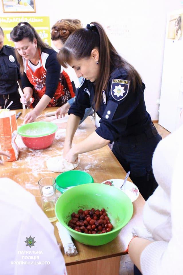 Співробітниці Патрульної поліції провели кулінарний майстер-клас клієнткам Соццентру. ФОТО 6