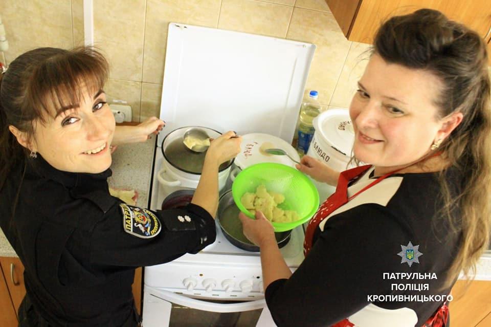 Співробітниці Патрульної поліції провели кулінарний майстер-клас клієнткам Соццентру. ФОТО 1