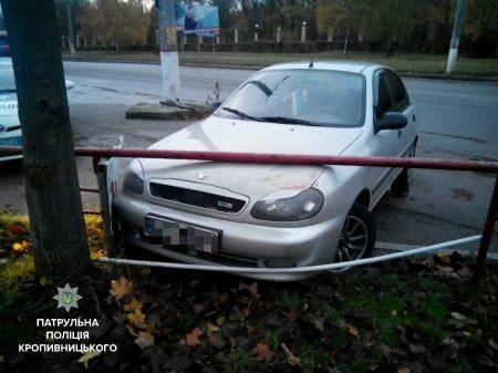 У Кропивницькому п'яний учень автошколи врізався в паркан. ФОТО