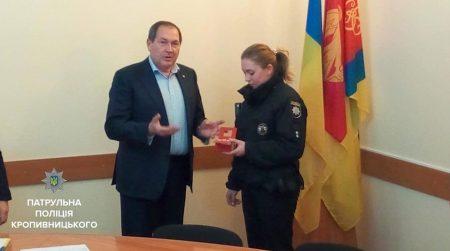Патрульну з Кропивницького, яка надала першу медичну допомогу пораненому ножем колезі, нагородили годинником