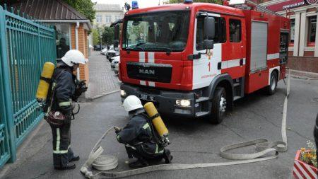 Біля мерії провели навчання, аби показати, що парковка заважає не лише мерседесу Райковича, а й пожежникам