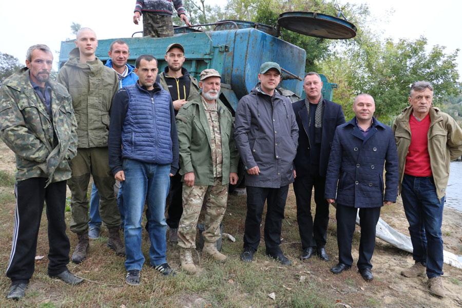 15 тисяч товстолобів, стільки ж білих амурів та чотири тисячі сомів - у Новоархангельську зарибили Синюху. ФОТО 7