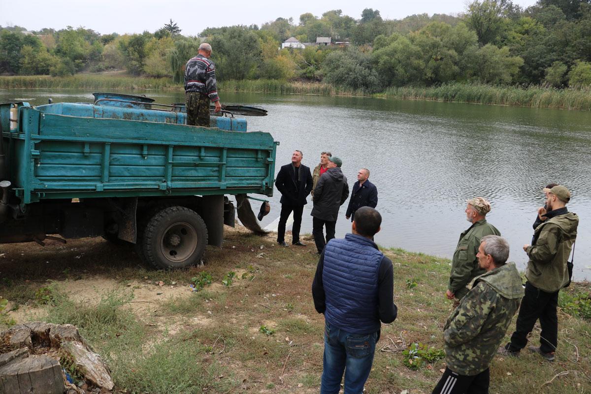 15 тисяч товстолобів, стільки ж білих амурів та чотири тисячі сомів - у Новоархангельську зарибили Синюху. ФОТО 1
