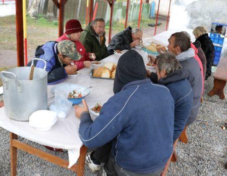 Щотижня молодь у Кропивницькому готує обіди для безпритульних. ВІДЕО