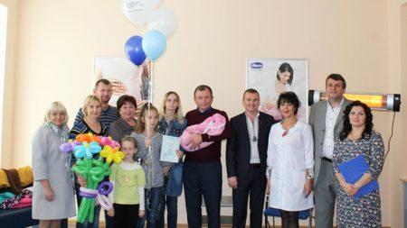 У перинатальному центрi вперше цього року вручили свiдоцтво про народження дитини. ФОТО