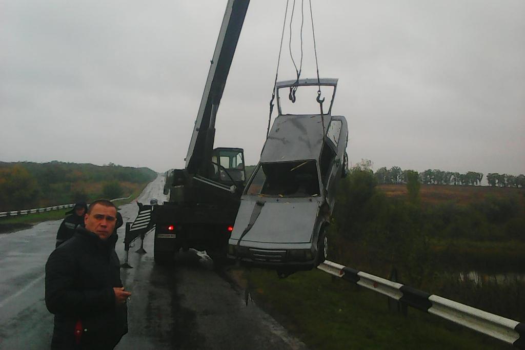 Без Купюр | Події | На Кіровоградщині автівка в'їхала у річку, а вантажівка у кювет. ФОТО 1