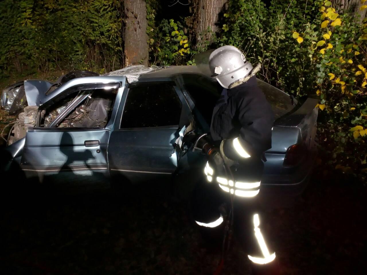 Смертельна аварія: чоловік не впорався з керуванням і влетів у дерево. ФОТО - 1 - За кермом - Без Купюр