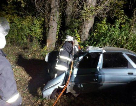 Смертельна аварія: чоловік не впорався з керуванням і влетів у дерево. ФОТО