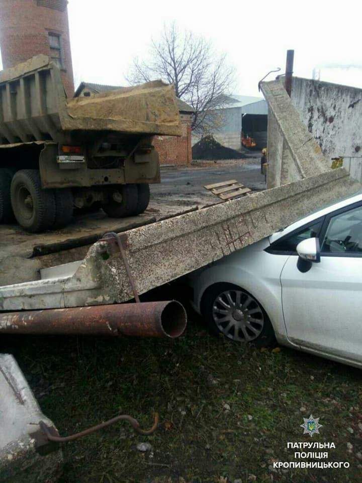 У Кропивницькому водій напідпитку в'їхав у бетонну огорожу. ФОТО - 1 - Події - Без Купюр