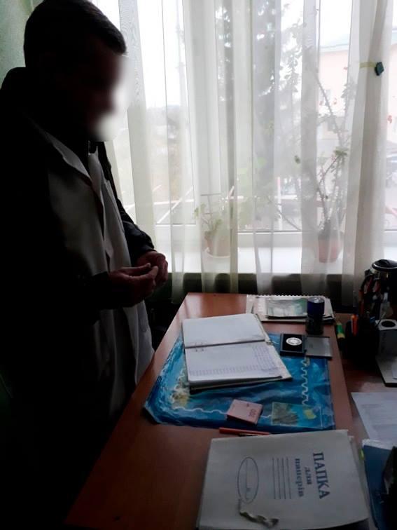 Нарколог Голованівської ЦРЛ підозрюється у вимаганні хабара з поліцейських за довідку. ФОТО 4