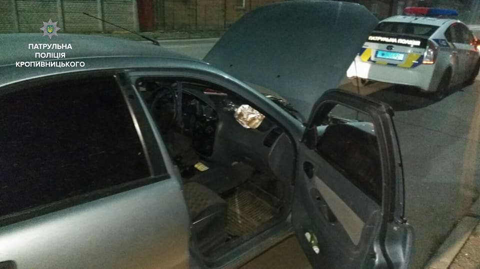 Без Купюр У Кропивницькому патрульні виявили у порушника ПДР пакет із підозрілою речовиною. ФОТО Кримінал  ПДР Патрульна поліція наркотики Кропивницький авто Daewoo