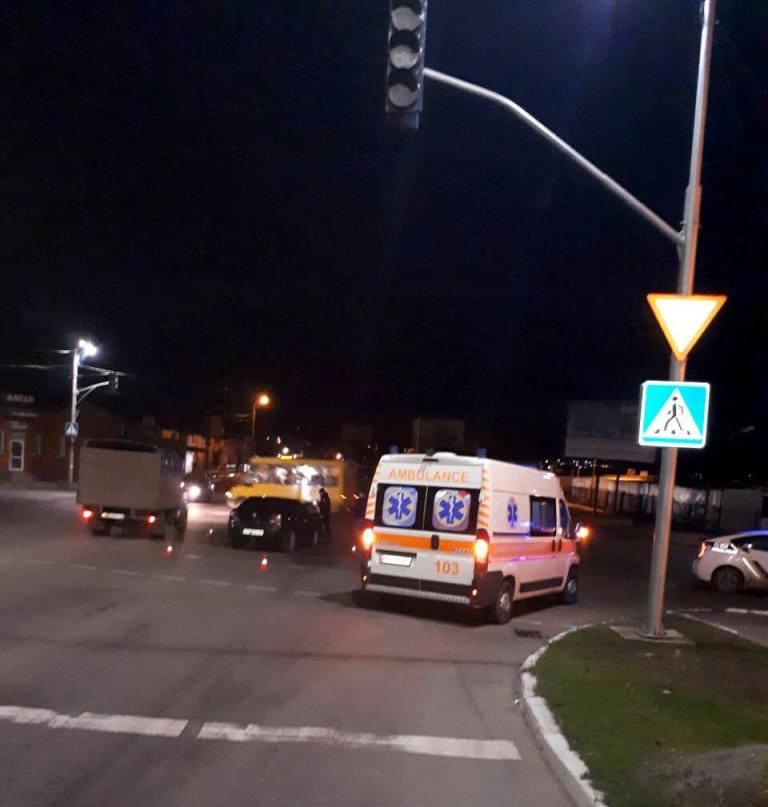 Без Купюр У Кропивницькому Geely в'їхав в автобус, яким на роботу добиралися працівники Інгульської шахти. ФОТО Події  Кропивницький ДТП автобус