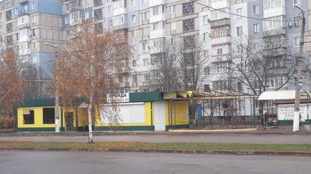 Прибирають  і ставлять: у Кропивницькому перенесли зупинку, щоб встановити поряд із двома непрацючими ще один МАФ. ФОТО