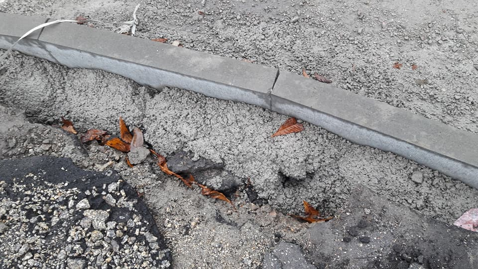 У Кропивницькому підрядники залишки асфальту лишили на тротуарах. ФОТО - 3 - Життя - Без Купюр