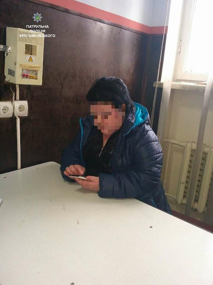 Без Купюр Жінка вимагала 30 тисяч за собаку сусіда, але попалась на дзвінку від поліцейських. ФОТО Події  розшук правопорушення поліція Кропивницький банк