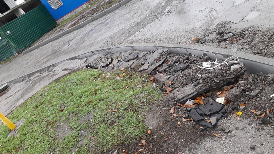 Без Купюр У Кропивницькому підрядники залишки асфальту лишили на тротуарах. ФОТО Життя  Кропивницький капітальний ремонт ProZorro