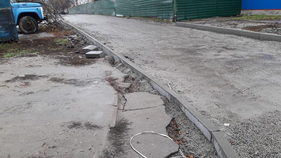 У Кропивницькому підрядники залишки асфальту лишили на тротуарах. ФОТО - 5 - Життя - Без Купюр
