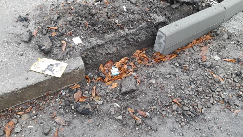У Кропивницькому підрядники залишки асфальту лишили на тротуарах. ФОТО - 6 - Життя - Без Купюр