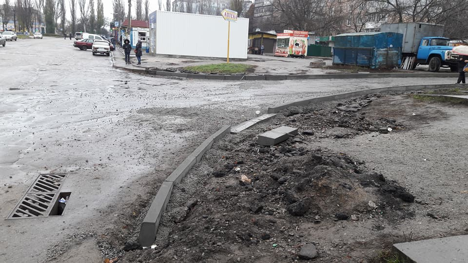 У Кропивницькому підрядники залишки асфальту лишили на тротуарах. ФОТО - 7 - Життя - Без Купюр