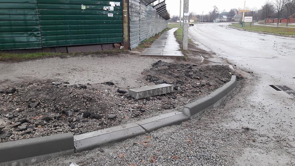 У Кропивницькому підрядники залишки асфальту лишили на тротуарах. ФОТО - 9 - Життя - Без Купюр