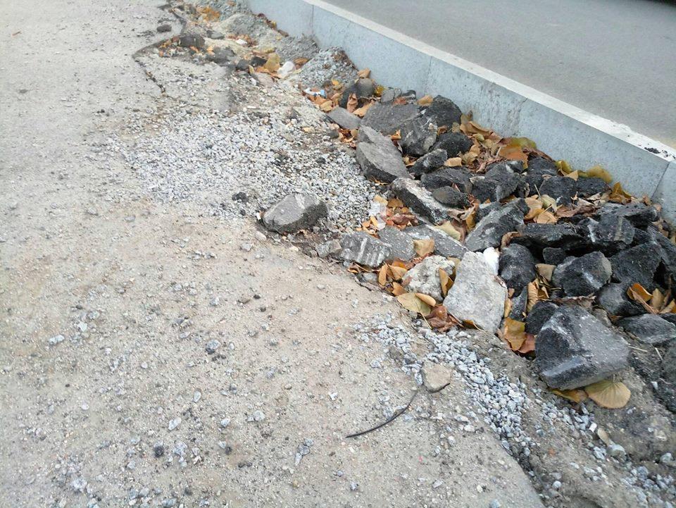 У Кропивницькому підрядники залишки асфальту лишили на тротуарах. ФОТО - 13 - Життя - Без Купюр