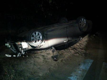 У Кропивницькому автомобіль в'їхав у дерево й перевернувся. ФОТО