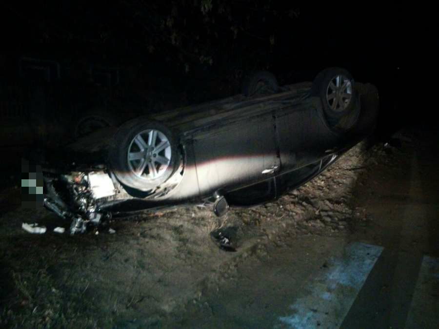 У Кропивницькому автомобіль в'їхав у дерево й перевернувся. ФОТО 1