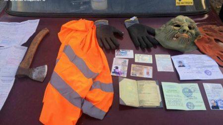 У Кропивницькому затримали водія з підробленими номерами, сокирою і маскою монстра. ФОТОФАКТ