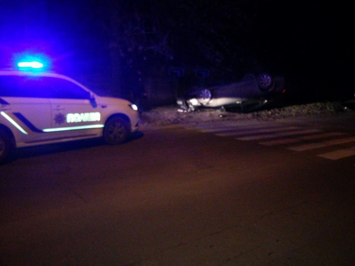 У Кропивницькому автомобіль в'їхав у дерево й перевернувся. ФОТО 2
