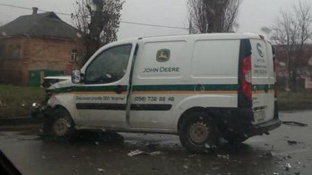 Відео з місця ДТП, де у Кропивницькому «Москвич» з відкритим капотом влетів у «Fiat»