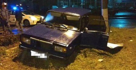 У Кропивницькому нетверезий водій зніс дорожній знак та врізався в електроопору. ФОТО