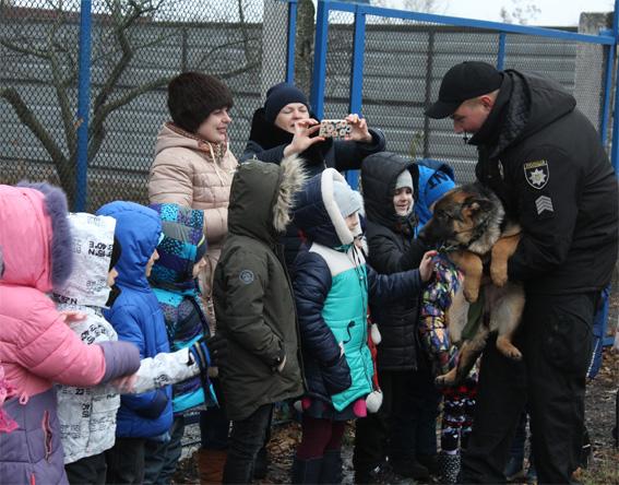 Головне управління Нацполіції в Кіровоградській області організувало вихованцям дитсадка екскурсію до кінологів. ВІДЕО