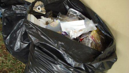 Кропивничани влаштували комунальникам перфоманс із невивезеним сміттям. ВІДЕО