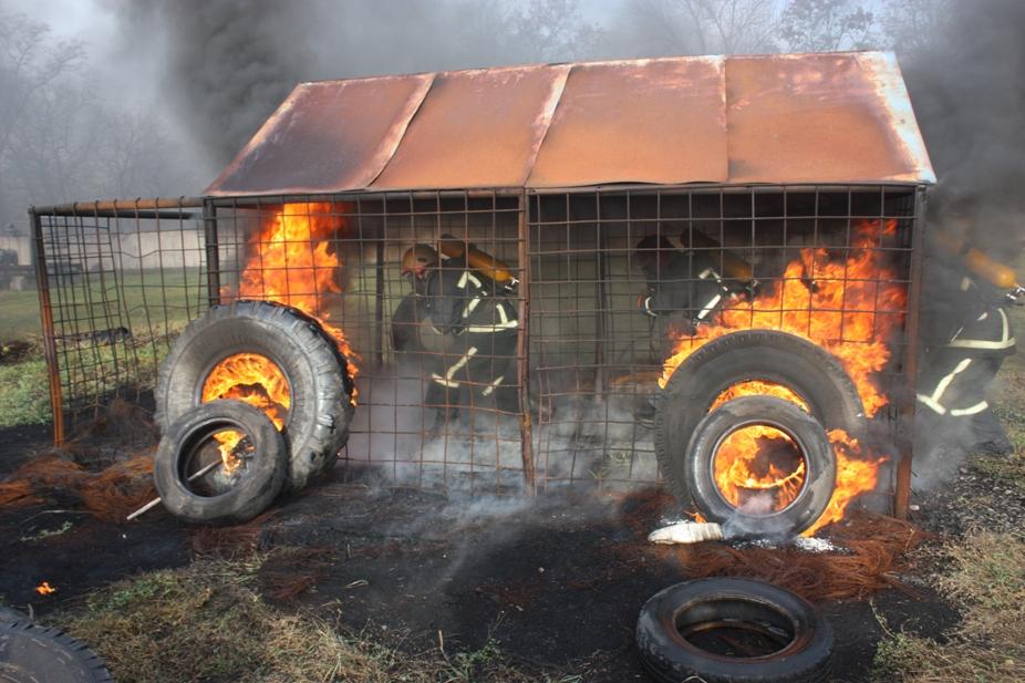 На Кіровоградщині рятувальників учили не боятися вогню. ФОТО 1