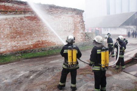 Рятувальники провели навчання з ліквідації надвичайної ситуації на хлібзаводі. ФОТО