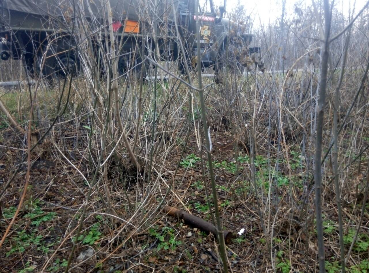 Без Купюр | Життя | Рятувальники знищили два снаряда, знайдені біля траси Кропивницький-Аджамка. ФОТО 1